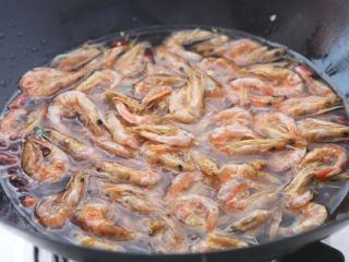 糖醋虾干 ,放入虾干煸炒下,加适量清水。
