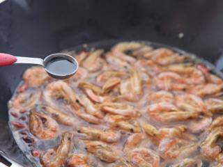 糖醋虾干 ,大火煮沸后,调入生抽、醋、白糖、盐。