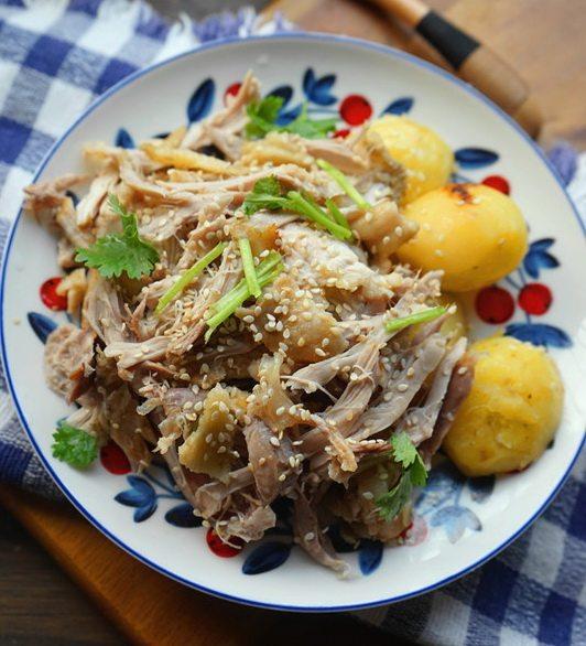 盐焗手撕鸡,冷却后撕碎鸡肉,加点葱,芫茜,芝麻,可以热少许油淋在葱芫茜上面,搅拌均匀即可