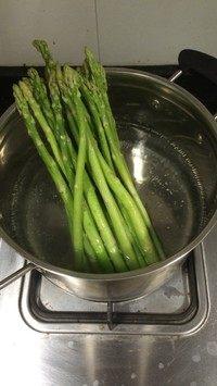 香煎芦笋配法式炒蛋,芦笋洗净 放入沸水锅中 加盐适量 焯水半分钟。