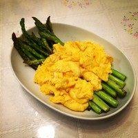 香煎芦笋配法式炒蛋,完成咯。