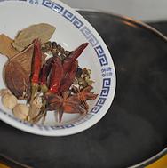 五香卤煮花生 ,半锅清水烧开,倒入香料。大火烧开转小火焖煮5分钟,让香料的香味煮出来。