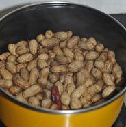 五香卤煮花生 ,大火煮开后转小火焖煮20分钟,关火不要开盖,让其浸泡在汤汁中入味。着急的话,一二十分钟就可以拿出来吃了。不吃就泡在汤里不要捞出来。