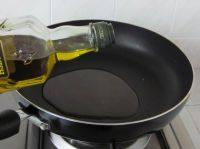 法式牛肉粒,炒锅中倒入橄榄油