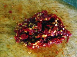 鱼香肉丝,将泡红辣椒剁碎。