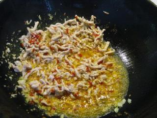 鱼香肉丝,加泡红辣椒末、蒜末、姜末炒香。