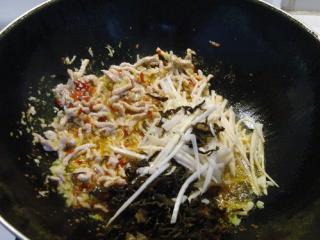 鱼香肉丝,加木耳丝、玉兰丝翻炒几下。