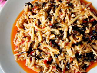 鱼香肉丝,倒入芡汁和葱花炒匀即可。
