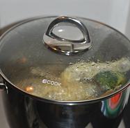 川香口水鸡,大火煮开,转小火煮三分钟后,关火焖15分钟。