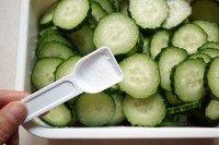 浅渍(日式腌菜),青瓜片加一小勺盐,兜匀腌制20分钟,使其更爽脆。