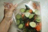 浅渍(日式腌菜),装入空气,抓紧袋口摇一摇,使材料与调料混合均匀。