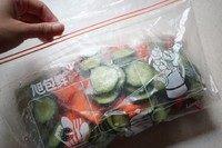 浅渍(日式腌菜),折叠袋口,挤掉空气,密封。