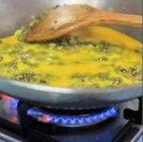 香椿鸡蛋,炒匀,将蛋液缓缓倒入
