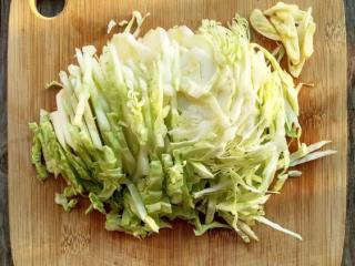 番茄卷心菜,卷心菜去蒂切成小丝条儿,蒜随便拍两下切几段,不好意思我手残切丑了。我深感发觉陶瓷刀是切菜利器,比钢铁菜刀好用。