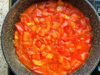 番茄卷心菜,把锅烧热,倒入适量油,倒入番茄丁炒炒,炒至出汁,接着再倒入一些开水稍微煮煮,然后加入一勺番茄酱(可选)、少许盐,然后调小火慢慢煮番茄,煮的时候也可以盖上锅盖。PS:把锅烧的热些,番茄更容易出汁。另外开水预先要烧好哦!