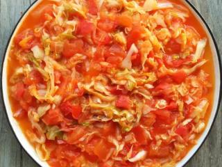 番茄卷心菜,裹上番茄酱汁的卷心菜变得酸甜爽口,伴着饭吃很下饭哦!