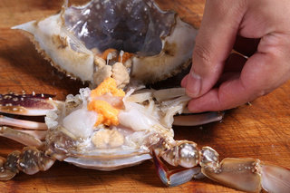 辣椒炒蟹,花蟹用刷子刷干净,开壳,去除腮肺、胃等内脏,冲洗干净后切成4块,蟹钳用刀背轻拍