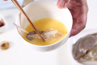 辣椒炒蟹,剁好的蟹块蘸鸡蛋液备用,干葱、蒜一同切碎,鲜红椒切成小段