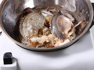 辣椒炒蟹,锅内倒油,放入处理好的干葱、蒜、花蟹以及除椰浆外的调料和水