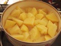 可乐饼,土豆削皮切块后煮20分钟左右煮熟。