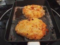 可乐饼,锅里面放适量油,把土豆饼放进去煎炸,煎到两面金黄就可以了,里面的食材都是熟的,所以不用炸很久。