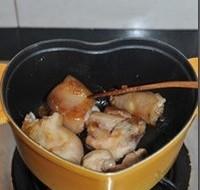 红焖猪蹄,倒入焯好的猪蹄,不断翻炒至粘满糖色