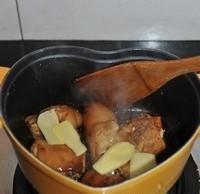 红焖猪蹄,倒入一汤匙料酒和姜片炒匀