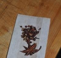 红焖猪蹄,把一颗八角和十粒花椒装入茶包袋,和葱同时放入锅中
