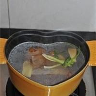 红焖猪蹄,加足量水没过猪蹄,水开转小火加盖焖两个小时