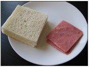 西多士,将吐司边切去。奶酪、火腿整形