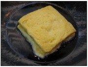 西多士,放锅内,小火煎至两面金黄,取出沥油