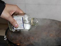 酱肉,加入二锅头.关火,等待至完全彻底冷怯。 再将煮好的酱倒入大盆中,,必须是完全冷怯后才能将肉酱入