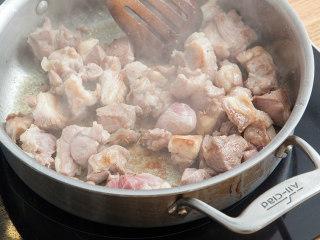 燉羊肉土豆泥派,加入鹽和黑胡椒煎至羊肉表面金黃,盛出備用