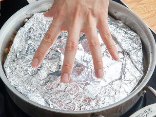 燉羊肉土豆泥派,加水蓋上錫紙蓋,中小火燉40分鐘