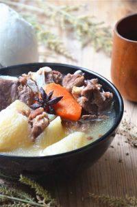 清炖羊肉汤,吃时放盐和胡椒粉调味即可