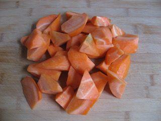 红焖羊肉,胡萝卜去皮切滚刀块备用