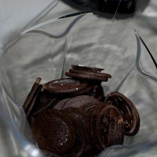 奥利奥杯子蛋糕 ,蛋糕做法: 奥利奥饼干去掉夹心后用料理机打成粉状备用