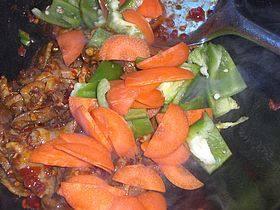 爆炒鸡胗,加适量黄酒,下入胡萝卜和辣椒