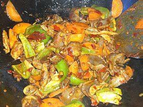 爆炒鸡胗,翻炒大约1分钟即可出锅。晚上做的菜,拍照加了闪光灯,颜色失真啊!