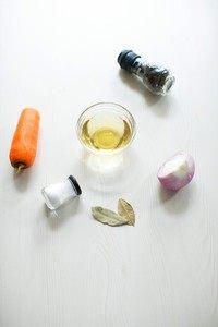 中式蜜汁烤排骨,准备黑胡椒粒,盐,米酒,洋葱,胡萝卜