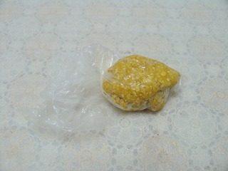 核桃燕麦饼干,装入保鲜袋中入冰箱冷冻40分钟。