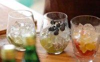 气泡果汁,在葡萄的杯子里放一点蓝莓。