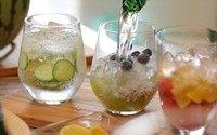 气泡果汁,最后往这三杯里面加入天然气泡水。