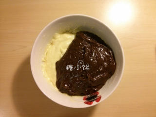 大理石磅蛋糕,分别拌匀,手势用的切拌和翻拌,不要搅拌以免面糊出筋。拌至无干粉就停手