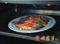 芦笋蒜蓉烤虾,将腌制好的虾放入烤箱,烤10分钟即可