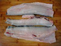 酸菜鱼,把鱼去头,刀倾斜着片掉鱼骨,剩下净鱼肉。