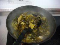 酸菜鱼,酸菜焯水,捞出备用。
