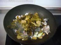 酸菜鱼,放入酸菜继续炒一两分钟。