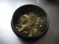 酸菜鱼,捞出鱼头和酸菜等等,捞出来铺在盆底。