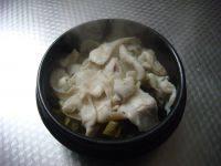酸菜鱼,鱼片7、8成熟捞出放在盆上面。